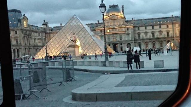 車窓よりルーブル美術館のピラミッド